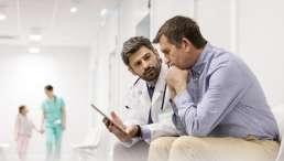 Arzt bespricht Patientenverfügung mit Ehemann