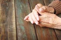 Ethische Hintergründe Seniorin Hand